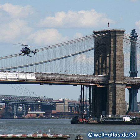 Brooklyn Bridge und Helikopter