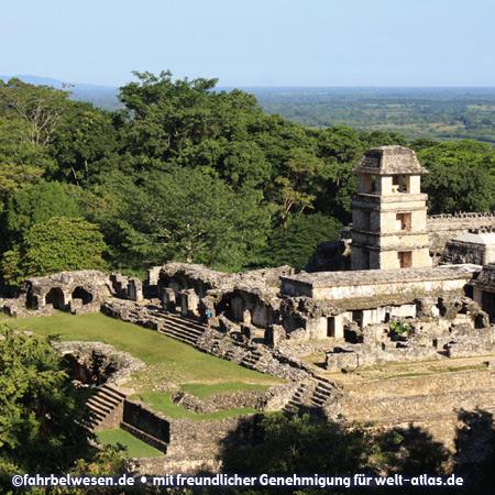 Palast in den Mayaruinen von Palenque, der Turm diente wahrscheinlich als Observatoruim – UNESCO-Weltkulturerbe – Foto:©fahrbelwesen.de