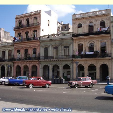 Havanna, Straßenbild mit alten Ami-Schlitten –Foto: www.blog.dennisknickel.desiehe auch http://tupamaros-film.de