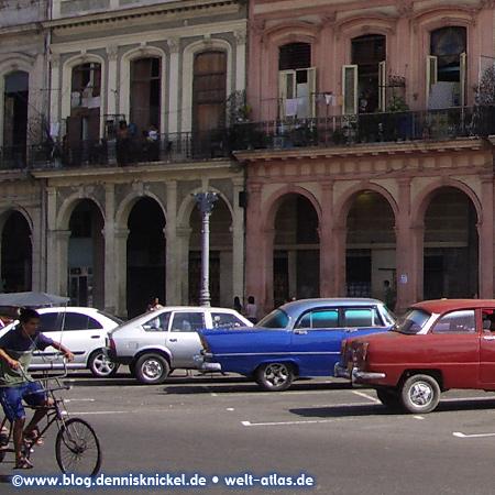 Havana, street scene with classic cars – Photo: www.blog.dennisknickel.dealso see http://tupamaros-film.de