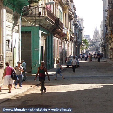 Street in Old Havana with the bell tower of Iglesia del Santo Angel Custodio in the background – Photo: www.blog.dennisknickel.dealso see http://tupamaros-film.de