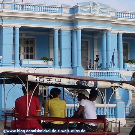 Beautiful blue facade (Radio Ciudad Del Mar), Cienfuegos – Photo: www.blog.dennisknickel.dealso see http://tupamaros-film.de