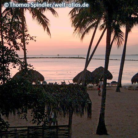 Dominikanische Republik, Strand bei Sonnenuntergang