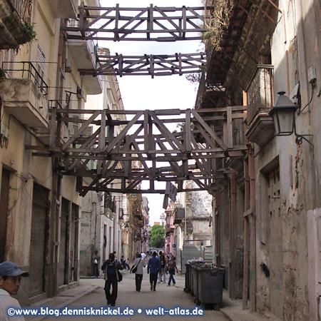 Abenteuerliche Konstruktion quer über die Straße, Havanna –Foto: www.blog.dennisknickel.desiehe auch http://tupamaros-film.de
