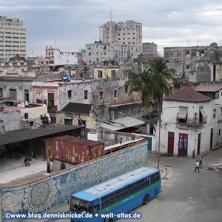 View in Old Havana with bus and mural – Photo: www.blog.dennisknickel.dealso see http://tupamaros-film.de