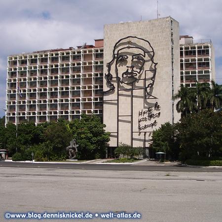 Che Guevara Memorial, facade of Ministry of Interior, Plaza de la Revolucion – Photo: www.blog.dennisknickel.dealso see http://tupamaros-film.de