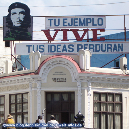 """Billboard near Parque Jose Marti, Cienfuegos """"Tu ejemplo vive, tus ideas perduran"""" Your example lives, your ideas will survive – Photo: www.blog.dennisknickel.dealso see http://tupamaros-film.de"""