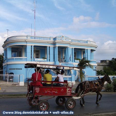 Horse cart in front of a beautiful blue house (Radio Ciudad Del Mar), Cienfuegos – Photo: www.blog.dennisknickel.dealso see http://tupamaros-film.de