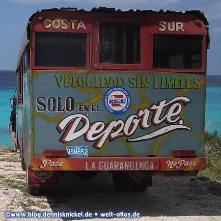 Alter Bus am Strand in der Schweinebucht, Kuba – Foto: www.blog.dennisknickel.desiehe auch http://tupamaros-film.de