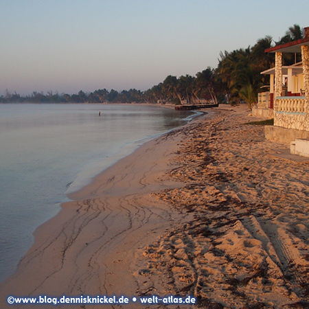 Beautiful beach in the Bay of Pigs, where the invasion attempt by the U.S. and Cuban exiles took place (1961) – Photo: www.blog.dennisknickel.dealso see http://tupamaros-film.de