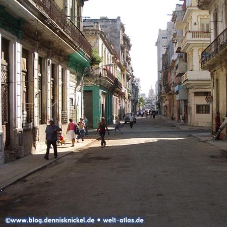 Straße in der Altstadt von Havanna, Blick Richtung Kirche Santo Angel Custodio – Foto: www.blog.dennisknickel.desiehe auch http://tupamaros-film.de