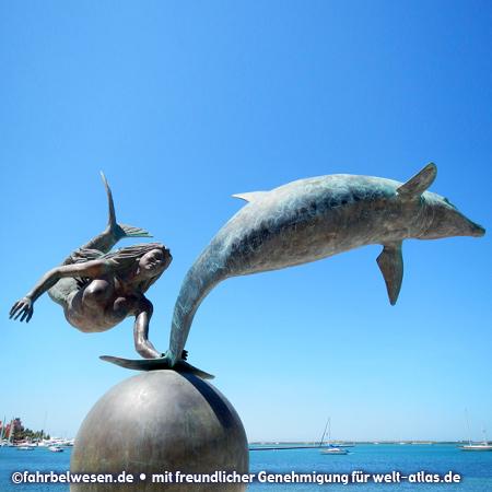 Am Malecón, der langen Uferpromenade in La Paz, Bronzestatue Meerjungfrau und Delphin – Foto:©fahrbelwesen.de