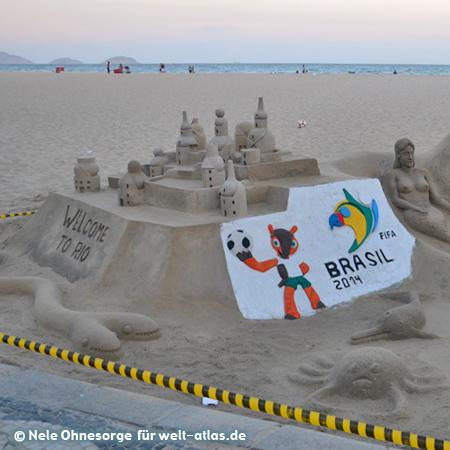An der Copacabana in Rio de Janeiro dreht sich alles um Fußball und die WM - sogar beim Bau von Sandburgen entlang des Strandes, Foto:©Nele Ohnesorge