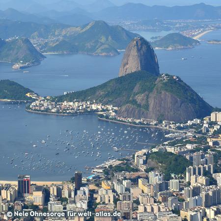"""Blick vom Berg Corcovado mit der Christus-Statue """"Cristo Redentor"""" auf Rio de Janeiro und das Wahrzeichen, den Zuckerhut, Foto:©Nele Ohnesorge"""