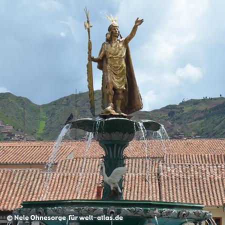 Statue des Inkaherrschers Pachacutec in Cusco, Brunnenstatue auf der Plaza de Armas, Foto:©Nele Ohnesorge