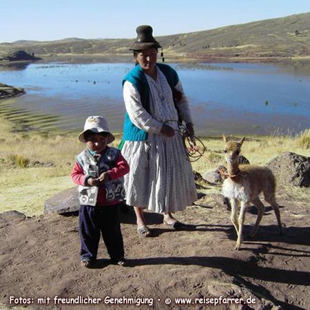 Indio-Familie in Sillustani am Umayo-See. Foto:© www.reisepfarrer.de