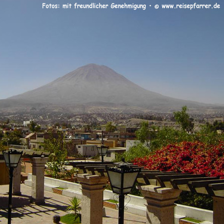 Arequipa mit dem Vulkan MistiFoto:© www.reisepfarrer.de