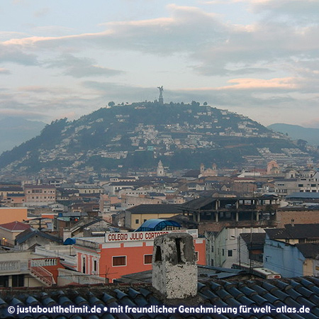 Blick zum Hügel El Panecillo mit der Statue der Madonna von Quito