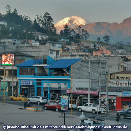 Dämmerung in Guaranda in den Anden mit Blick auf den Chimborazo