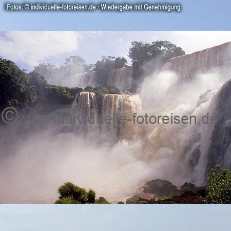 Iguaçu – Wasserfälle, dort treffen sich die Grenzen der Länder Brasilien, Argentinien und Paraguay©www.individuelle-fotoreisen.demit freundlicher Genehmigung für welt-atlas.de