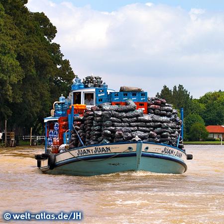 Lastkahn im Delta des Río Paraná bei Tigre, Argentinien