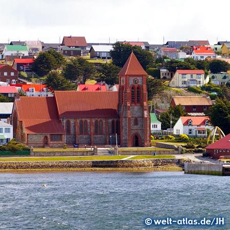 Kirche in Stanley, rechts davor ein Bogen aus Walknochen