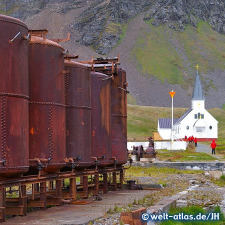 Die Kirche und Tanks der ehemaligen Walfangstation Grytviken
